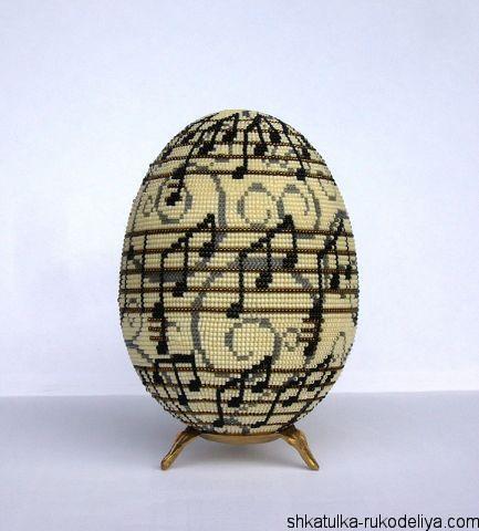 "Яйцо из бисера ""Ноты"""
