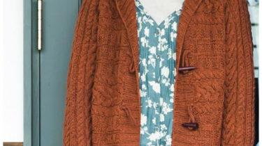 Вязаное пальто с капюшоном спицами узором из кос